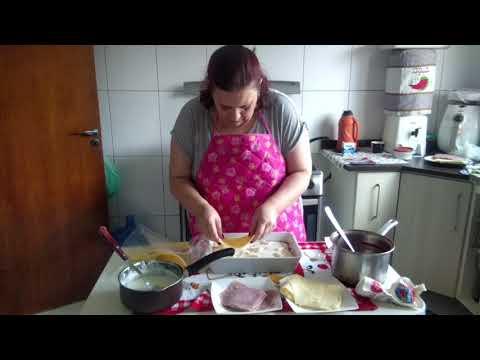 Montando Uma Lasanha Para O Almoço