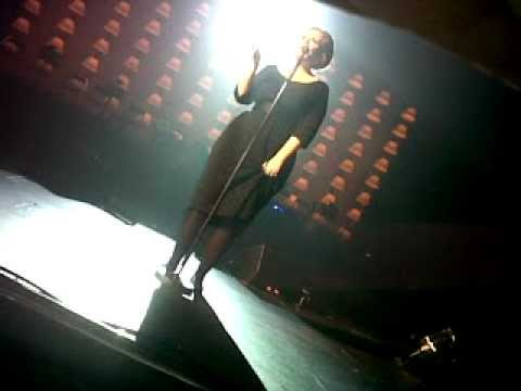 Adele - Encore Someone Like You, Comes of Stage