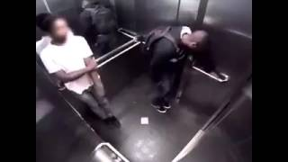 Se caca in lift -SUPER FUNNY/POOPING IN THE ELEVATOR