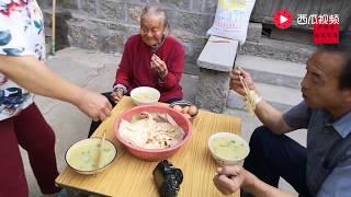 94歲的老太太住在閨女家,孝順兒媳跑過來烙饃,看著就好吃! 【卢保贵视觉影像】