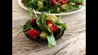 Салат с рукколой,клубникой и авокадо / Рецепты салатов