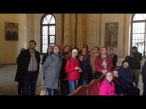 Туристы в армянской церкви Св. Екатерины в Санкт-Петербурге
