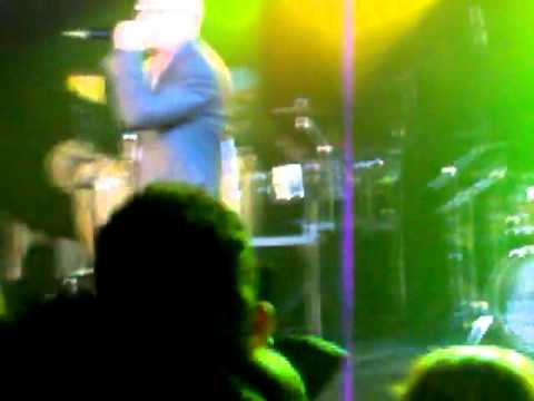 Rapper internacional Pitbull dá soco em fã
