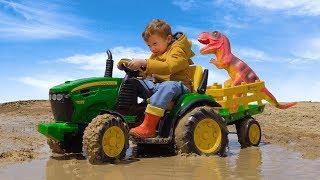 На большом тракторе Лёва  застрял в грязи и спас динозавра