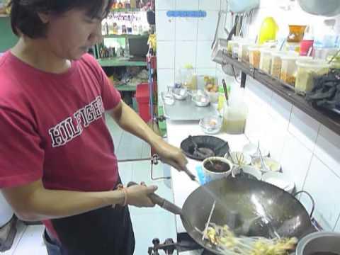 Cooking Pad Thai at Greenbird restaurant in Koh Samui