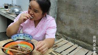 苗大姐包饺子,黑不溜秋一盘,蘸点辣椒有Q弹吃到肚子大
