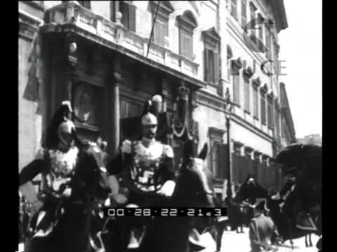 I Sovrani escono dal Quirinale per recarsi a Montecitorio...Lungo il percorso...La storica