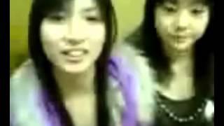 小田あさ美と落合彩(当時は橋本彩)。2005年12月撮影。