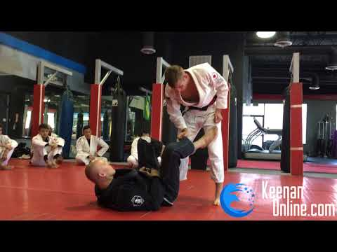 Use This Grip To Pass Anyones Guard - Keenanonline.com