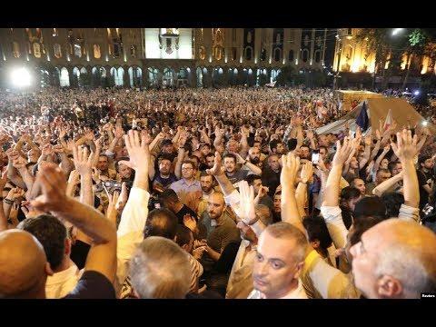 数以千计示威者冲击格鲁吉亚议会大楼 呼吁政府辞职