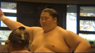 Match of Ichinojo vs Sadanofuji at Atsugi Basho in Japan. 大相撲厚...