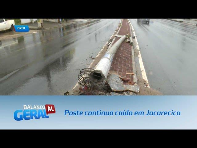 Poste derrubado em acidente continua atrapalhando o trânsito em Jacarecica