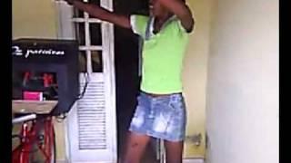 Atcha Ela dança muito!