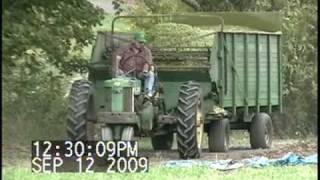 John Deere 520 Pulling Wagons.avi