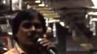 Amazing Karaoke Singer sings Pag Ghungroo Bandh in Kolkata Local Train