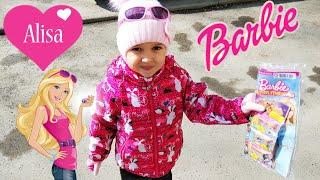 Маленькая Алиса играет в Барби Открываем журнал Барби с сюрпризами  / Little baby Alisa