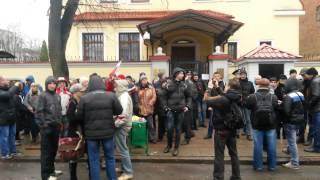 04 04 14 Защитники Харькова убрали евромусор от Российского Консульства 2