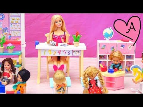 En la escuela nadie quiere jugar con Pablito | Muñecas y juguetes con Andre para niñas y niños