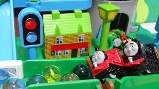 機関車トーマスおもちゃアニメ パーシーとジェームスとヒロだよぉ~♪機関車トーマスくるくるタワーアイランド Thomas & Friends♪ゆうぴょん♪♪138 thumbnail