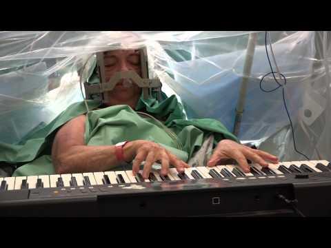 מנגנת בקלידים בזמן ניתוח