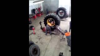 Взрывная накачка грузовой шины(Вот так в несколько повторов происходит взрывная накачка шин для грузовых автомобилей и другой техники...., 2015-06-10T19:40:48.000Z)