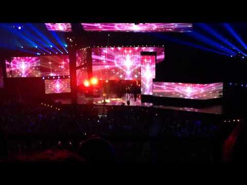 AMAs Audience View Ariana Granda Medley Live (full HD)
