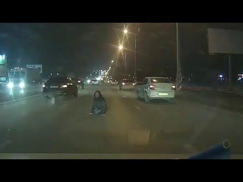В Волгограде странная женщина напугала водителей