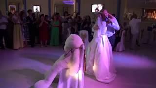 Папа поет для дочери на свадьбе