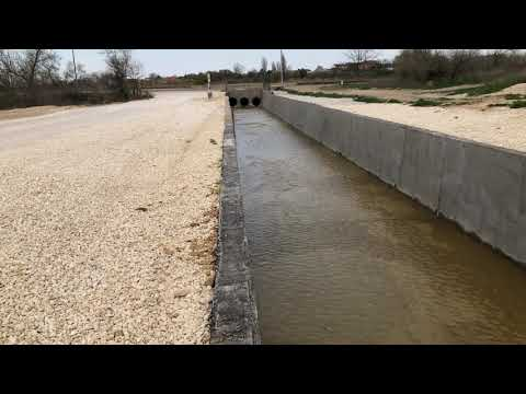 Р Крым, Саки, 19 апреля 2020 г. Идет слив из Михайловского озера в Михайловский сбросной канал.