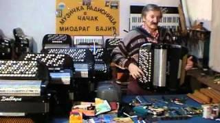 "Majstor Miodrag Bajic izradjuje , popravlja sve vrste harmonika i svira -""Melem kolo"""