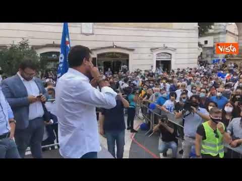 """Salvini ai contestatori: """"Siete amichetti dei clandestini per guadagnarci sulla loro pelle"""""""