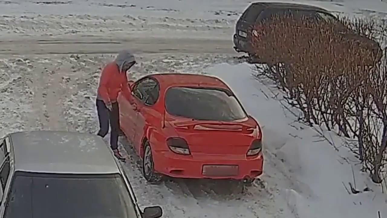 У машины примерзли двери.   The car doors were frozen.