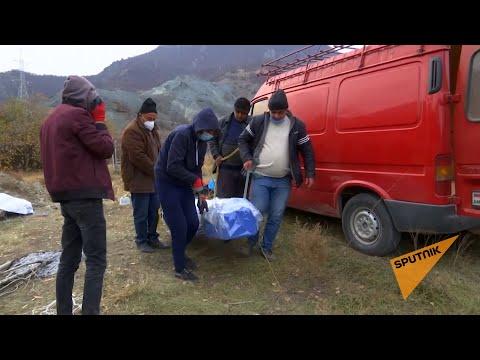 Жители Карвачара забирают останки своих родных с кладбищ