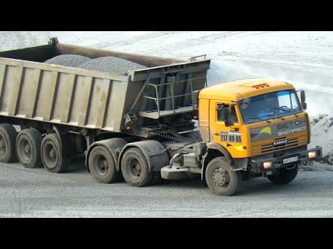 Тягач КАМАЗ-65116 с самосвальным полуприцепом на погрузке