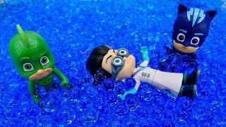 Герои в масках купаются в бассейне. Новые мультики для детей
