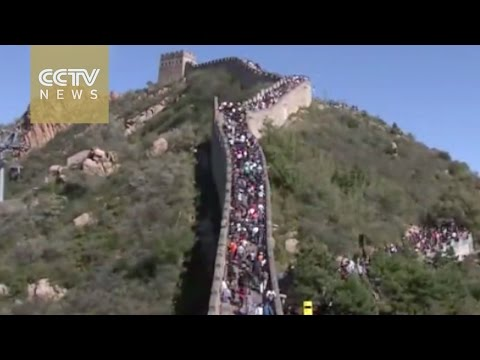 70,000 tourists make a 'Great Wall of people' on China's National Day Holiday