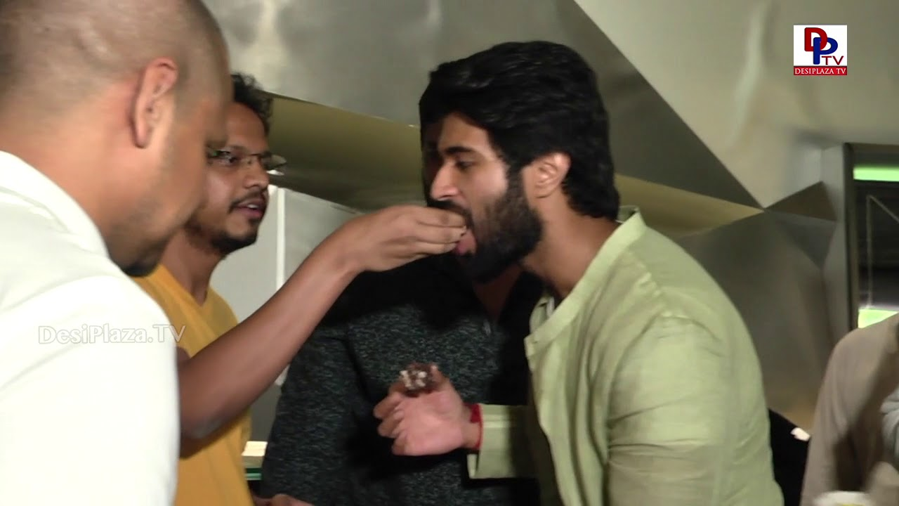 Vijay Devarakonda Celebrates Birthday with his new movie team | DesiplazaTV
