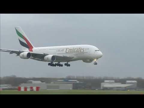 Emirates Airbus A380 landt op Schiphol tijdens westerstorm