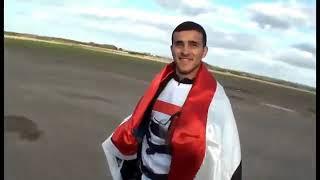 اول شخص يمني... يقفز ويفتح المضلي. وفيه علم اليمن ... في المانيا