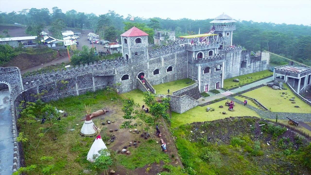 the lost world castle dan stonehenge yogyakarta  wisata