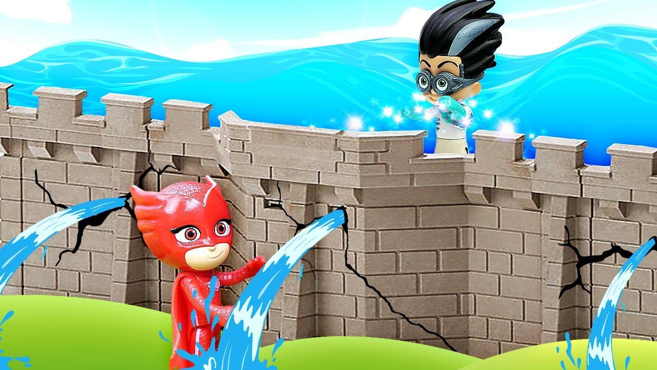 Герои в масках игрушки чинят плотину. Видео про игры в супергероев. Ромео испортил погоду!