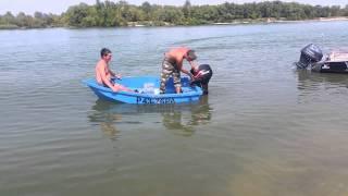 Маленькая лодка с большим мотором