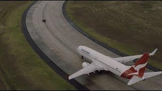 سباق مجنون بين طائرة بوينغ وسيارة كهربائية (فيديو)