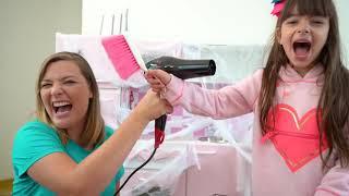 Laurinha e Mamãe limpando cozinha de brinquedos para crianças - Repairing kids toy kitchen