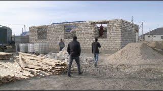 Жители Атырау строят дом многодетной семье