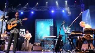 Earl Klugh performs