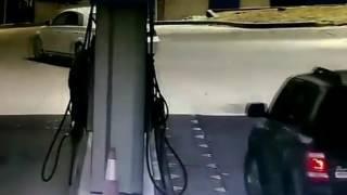 بالفيديو.. عامل شجاع ينقذ طفلين داخل سيارة تحترق بمحطة وقود