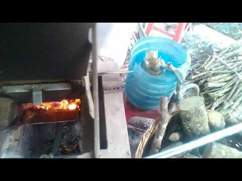 Lò nấu trấu tự động không cần gạt tiết kiệm nhiên liệu tại chưng cất tinh dầu bưởi thiên hoa xuân.