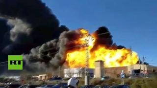 España: Un incendio provoca varias explosiones en una nave química en Valencia