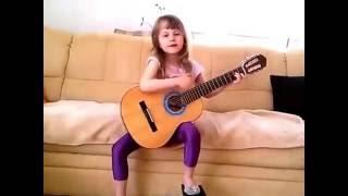. Маленькая девочка КЛАССНО ПОЁТ и ИГРАЕТ на гитаре!